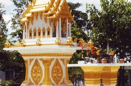 โบสถ์ใหญ่พิเศษเสาเทพพนม พร้อมโต๊ะบูชา