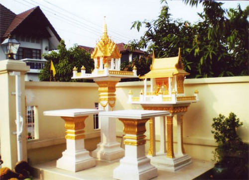 ศาล 3 ชั้นกลาง พร้อมโต๊ะบูชา (หินขัด) ทาสีทอง ทรงไทยเรือนขวาง