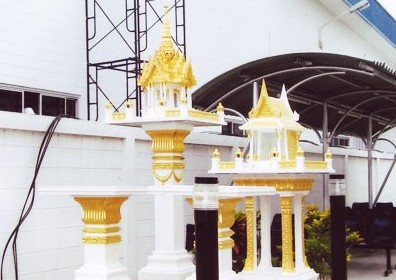 ศาล 3 ชั้นกลาง พร้อมโต๊ะบูชา (หินขัด) ทาสีทอง ทรงไทยหน้าตรง